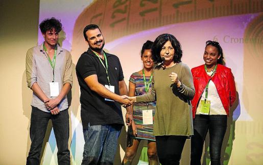 Teresa Baró muestra cómo estrechar bien la mano a varios participantes.