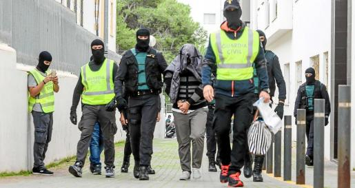 Un fuerte dispositivo de la Guardia Civil custodia la salida de Abdelkrim, el imán de Sant Antoni detenido. Foto: TONI ESCOBAR