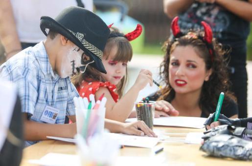 Los más pequeños de la familia se lo pasan en grande, a la vez que realizan actividades para celebrar Halloween. Foto: TONI ESCOBAR