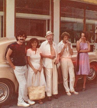 Una imagen de los años 80 en la que aparece Xavier Cugar en el centro de la imagen y a su izquierda Carlos Genicio con unos amigos, en Ibiza.