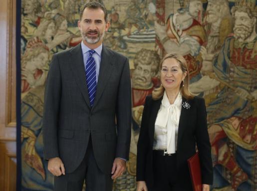 El rey Felipe VI recibe en audiencia a la presidenta del Congreso de los Diputados, Ana Pastor, quien le ha comunicado oficialmente la investidura de Mariano Rajoy, esta mañana en el Palacio de la Zarzuela.