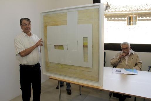Rafael Tur Costa ante su obra sin título, un collage.