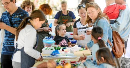 En la fiesta de Jesús se juntaron mayores y pequeños unidos por los talleres y por la elaboración de productos tradicionales en el día de Tots Sants.