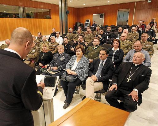 El salón de plenos del Consell acogió en torno a 40 personas, con una buena asistencia de reservistas y autoridades políticas.