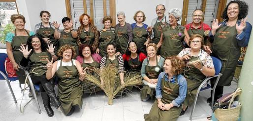 Antes de la 'berenada' se celebró en el edificio polivalente de Jesús una nueva jornada de elaboración de productos de esparto e instrumentos tradicionales ibicencos.