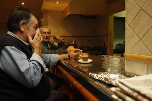 La estampa de gente fumando en un bar con el tradicional café será dentro de poco una imagen del pasado.