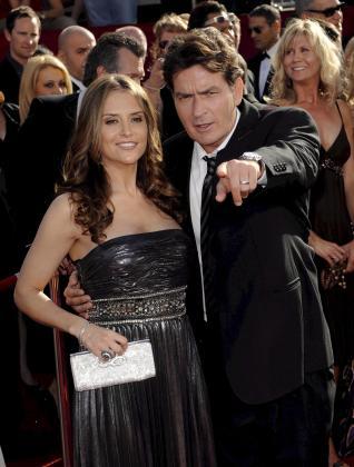 El actor estadounidense Charlie Sheen y su esposa Brooke Mueller, con la que tiene dos hijos.