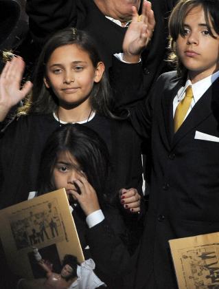 Los hijos de Michael Jackson Paris Jackson, Prince Michael Jackson II y Prince Michael Jackson I, durante el homenaje público a su padre.