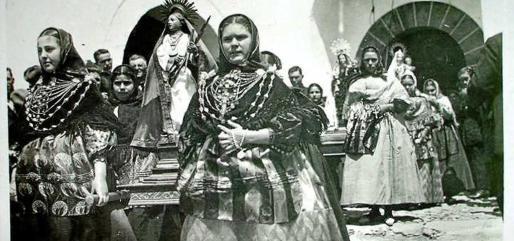 Procesión en Sant Antoni de Portmany tomada por el mítico fotógrafo Viñets y que se puede encontrar en el catálogo de Almirante 23.