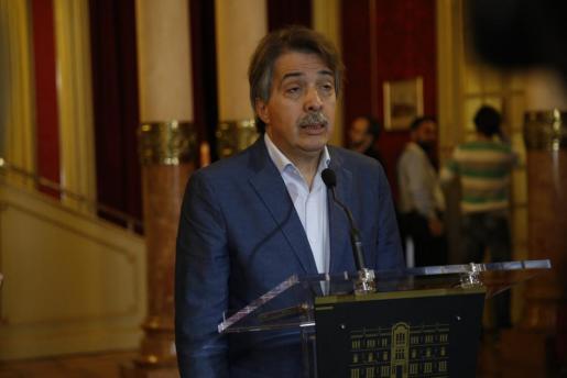 El diputado de Ciudadanos Xavier Pericay atiende a los medios de comunicación en el Parlament.