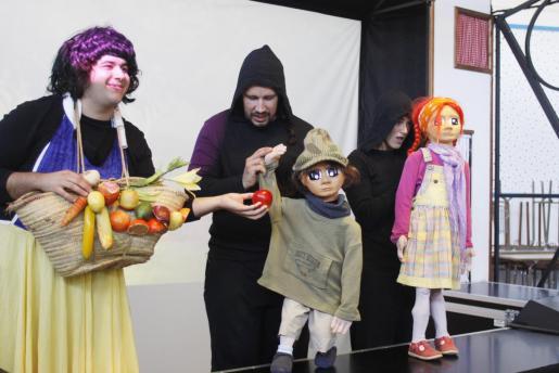 Los protagonistas de la historia, Pau y Paula, con Blancanieves.