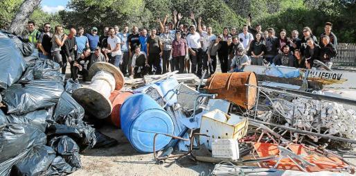 Unas 80 personas participaron en las tareas de limpieza y en la posterior torrada, celebrada en el parquin de la playa de ses Salines.