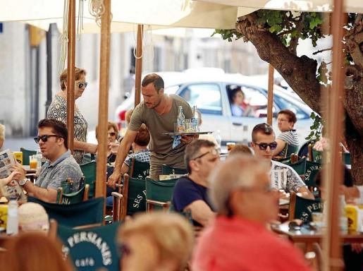 Imagen de la terraza de un bar. Teniendo en cuenta los efectos disuasorios, el plan de lucha contra la precariedad benefició este año a 5.500 trabajadores de Balears, lo que representa un incremento del 37 % respecto de los 4.011 del verano pasado.