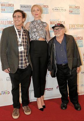 Jake DeVito, Sandra Seeling y Danny DeVito.