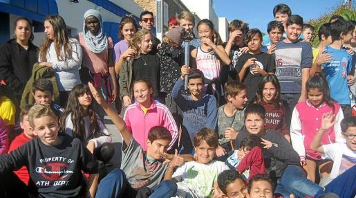 La antorcha recorrió distintos lugares de Santa Eulària hasta llegar con los estudiantes al céntrico Passeig de S'Alamera.