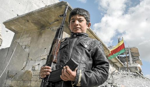 Imagen del niño con el Kalashnikov que ha impresionado a David Ribas.
