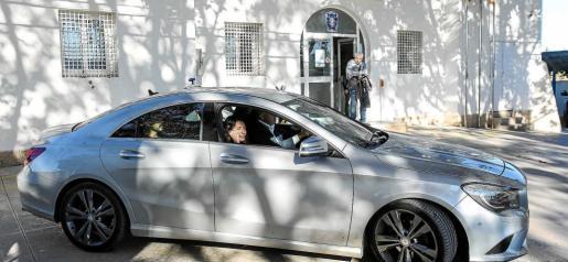 Pablo Valdés y Aída Alcaraz abandonan el retén de la Policía Local de Sant Antoni montados en el automóvil del alcalde Pep Tur. Foto: TONI ESCOBAR