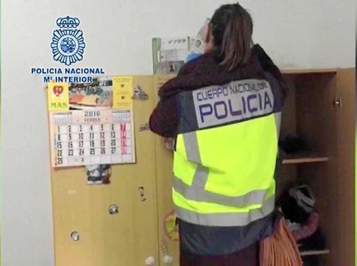 Un agente de la Policía Nacional realiza una inspección dentro del operativo. Foto: POLICÍA NACIONAL