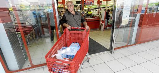 Un consumidor sale de un supermercado en Ibiza con su carro. La misma cobra en Formentera le saldría un diez por ciento más cara.