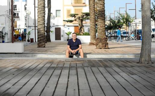 Joaquín Manuel posa en el puerto de Vila, sentado sobre unas terrazas vacías, una vez terminada la temporada para la mayoría de los negocios.