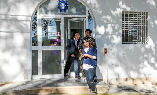 Alcaraz, Pablo Valdés y Pep Tur abandonan el retén de la policía el pasado viernes, tras disculparse el de Reinicia.