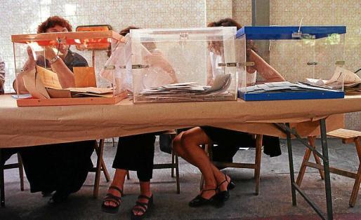Imagen de unas urnas en un colegio electoral de Balears. El Govern quiere que no solo se vote cada cuatro años.