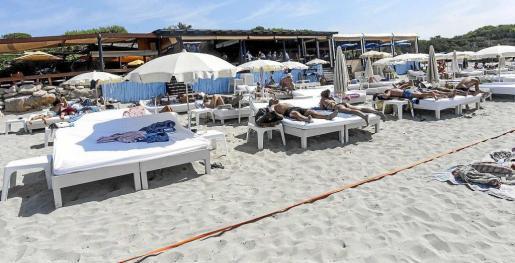 Imagen tomada este verano de un concesionario de lotes de playas junto a un restaurante de ses Salines.