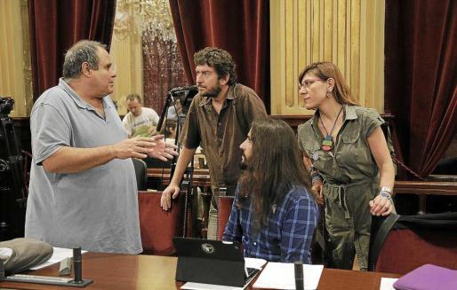 Aitor Morrás, Alberto Jarabo, Baltasar Picornell y Laura Camargo, de Podemos, en el Parlament. Foto: JAUME MOREY