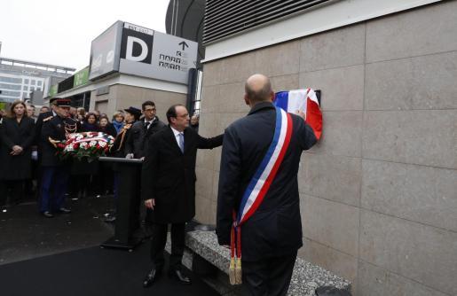 El presidente francés, François Hollande, descubre una placa frente al Estadio de Francia en homenaje a las víctimas de los atentados del 13 de noviembre.