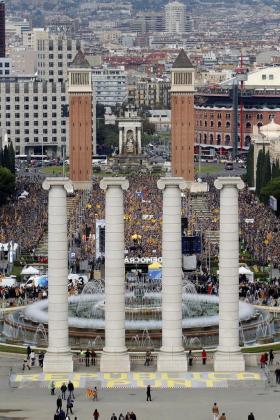 Miles de personas se concentran en Barcelona bajo el lema «Por la democracia, defendamos nuestras instituciones», en apoyo a los cargos electos soberanistas investigados por la justicia.