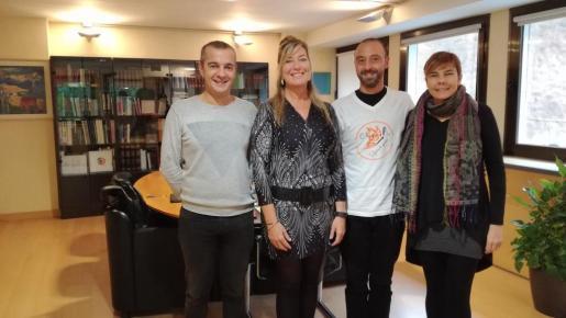 La consellera Patricia Gómez, junto con los representantes de la asociación que agrupa a familiares de menores transexuales.