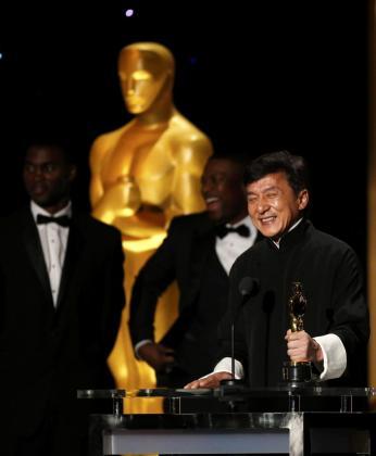 El actor Jackie Chan recibe de manos de su compañero de reparto en 'Hora Punta' Chris Tucker el Oscar honorífico.