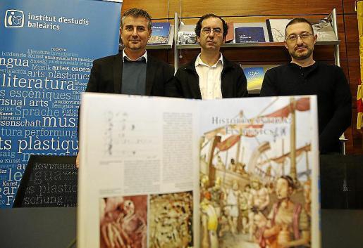 Pep R. Cerdà, Antoni Marimón y Vicente García, con el volumen. Izquierda, la vida de los romanos, por Quim Bou.
