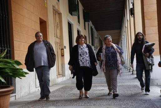 Xelo Huertas y Montse Seijas, acompañadas por los diputados de Podemos Aitor Morràs y Baltasar Picornell, camino del Parlament.