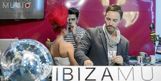 Los estudios de Ibiza Global Radio, escenario del 'body painting' de Manu León durante el programa de Jamie Porteus. Foto: DANIEL ESPINOSA