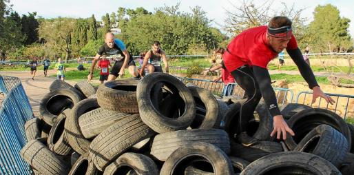 Instante en el que varios participantes sortean diversos neumáticos. Foto: AYUNTAMIENTO DE SANTA EULÀRIA