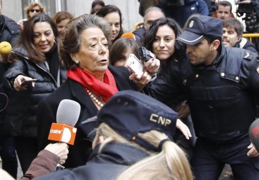 Expectación a la salida de Rita Barberá de la sede del Tribunal Supremo tras declarar voluntariamente como investigada o imputada por un delito de blanqueo de dinero relacionado con el caso Imelsa.