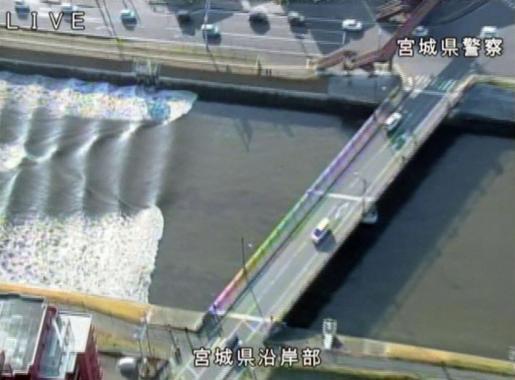 Pequeñas olas en el río Sunaoshi después de que se emitieron avisos de tsunami tras el terremoto.