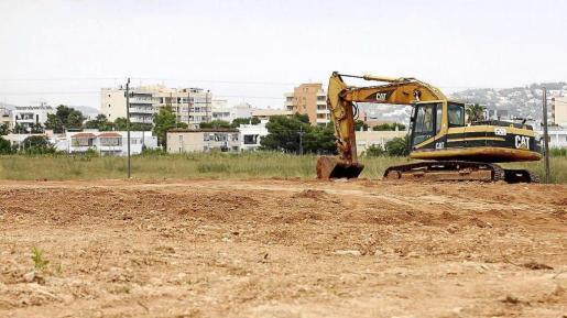 Tierras depositadas en terrenos de la empresa Fiesta Hotels, en Platja d'en Bossa.