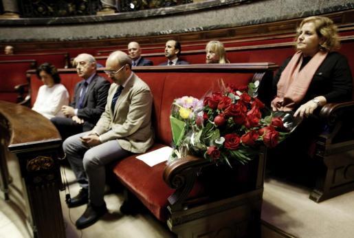 Un ramo de rosas colocado en la bancada del grupo popular del Ayuntamiento de Valencia, durante a lectura en el Pleno extraordinario celebrado este miércoles, de la moción en la que se ha lamentado el fallecimiento de la exalcaldesa Rita Barberá y se ha decretado tres dias de duelo.