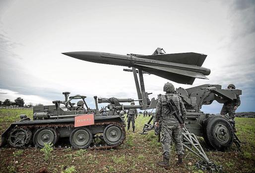 Un misil Hawk cuando es izado a su plataforma de lanzamiento.