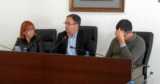 El alcalde 'Agustinet' entre los dos tenientes de alcalde, Paquita Ribas y Ángel Luis Guerrero. g Foto: J. A. T.