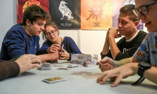 Un grupo de jóvenes jugando al juego de mesa Samurai Sword ayer en Eivissa Participa. Fotos: TONI ESCOBAR