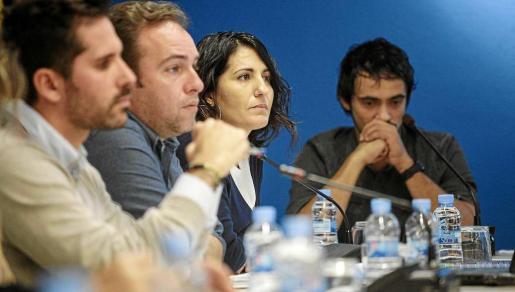 Alcaraz y Valdés con semblante serio durante el pleno celebrado ayer en Sant Antoni. Foto: DANIEL ESPINOSA