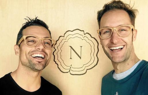 Una divertida fotografía de Dani Curreu y Adrián Nagel con las gafas que se presentarán mañana en el hotel Pacha.