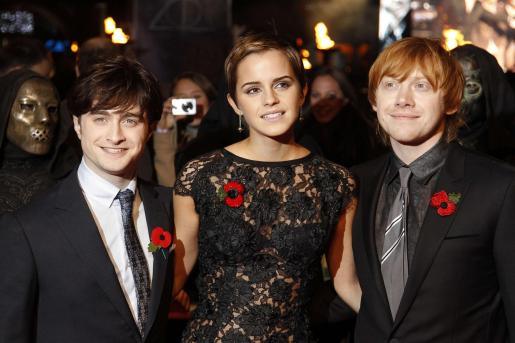 Daniel Radcliffe, Emma Watson y Rupert Grint posan momentos antes de la premiere mundial de la película Harry Potter y las Reliquias de la Muerte.