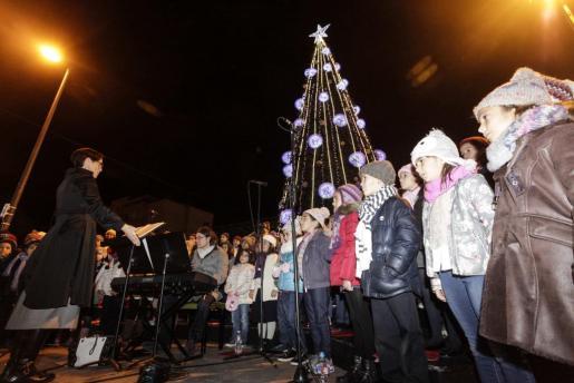 El Cor Infantil del Patronat Municipal d'Eivissa interpretó tres candiciones navideñas después del 'encendido' oficial de las luces de la ciudad.