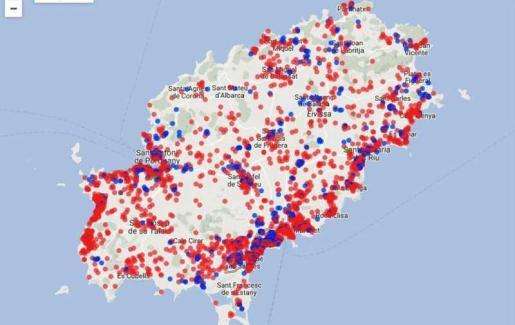 En el mapa se muestran con círculos rojos y azules las viviendas y pisos que se anuncian para su alquiler en Airbnb.