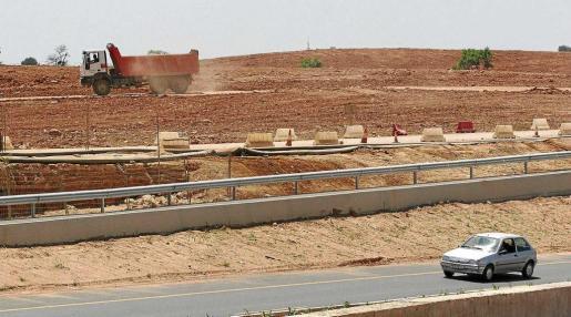 Tierra acumulada en propiedades de la familia Matutes durante las obras de la autovía del aeropuerto en el año 2007.