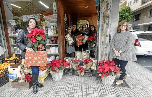 Miembros de la Asociación de Comerciantes posan con los regalos que repartieron por los negocios de sa Capelleta.